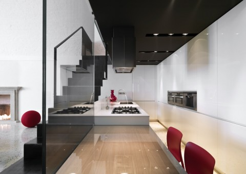 cucina moderna con scala in ferro a vista