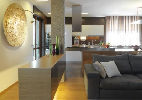 Angolo di Moderno lussuoso soggiorno con cucina a vista