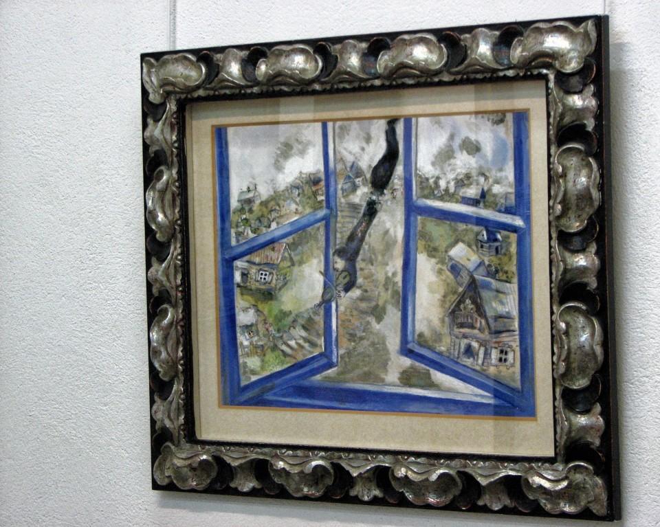 Rama lustra oraz format umywalek nawiązują do ramy obrazu, który podarował Marc Chagall miastu Lloret de Mar oddalonego o 70 km od Barcelony.