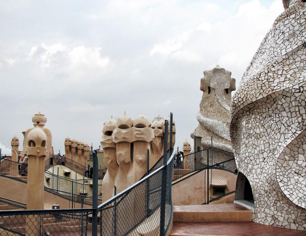 Faktura płytek w łazience nawiązuje do formy kominów na budynku Casa Mila w Barcelonie projektu Gadiego.